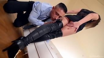Darryl Lee seduces a person with her attractive feet to produce a shag