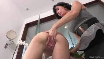 Veronica Avluv results in letting blond hen Cece Capella have her pussy