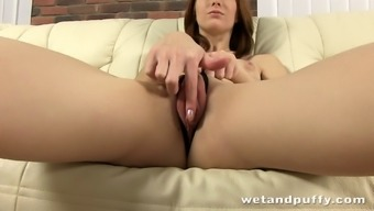 Salacious solo model taking pleasure in an extreme pussy toying session