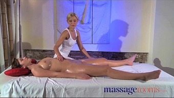 Massage therapy Spaces Clit just rub for her orgasm with masseuse