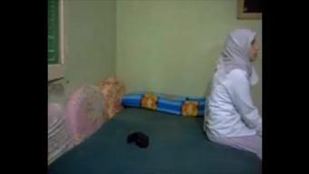Hijab betraying arab Wifey anal kapali arkadan