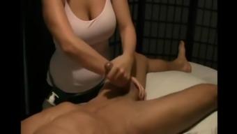 Yann se fait masser la bite