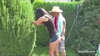 Vater fickt seine Stief-Tochter Outdoor im Garten