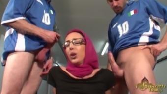 Akila Bouachir - Muslim girl gets powdered