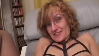 Amateur Mama gives blowjob with cumshot in mouth