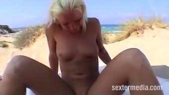 Rasierte fotze am strand geleckt