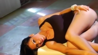 Brunette splendor with big titties Veronica Rayne will get a hard junk cycle