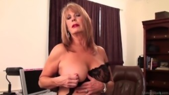 Slutty black Rae Hart mature would rather have positioning and fidgeting with her pansy vid